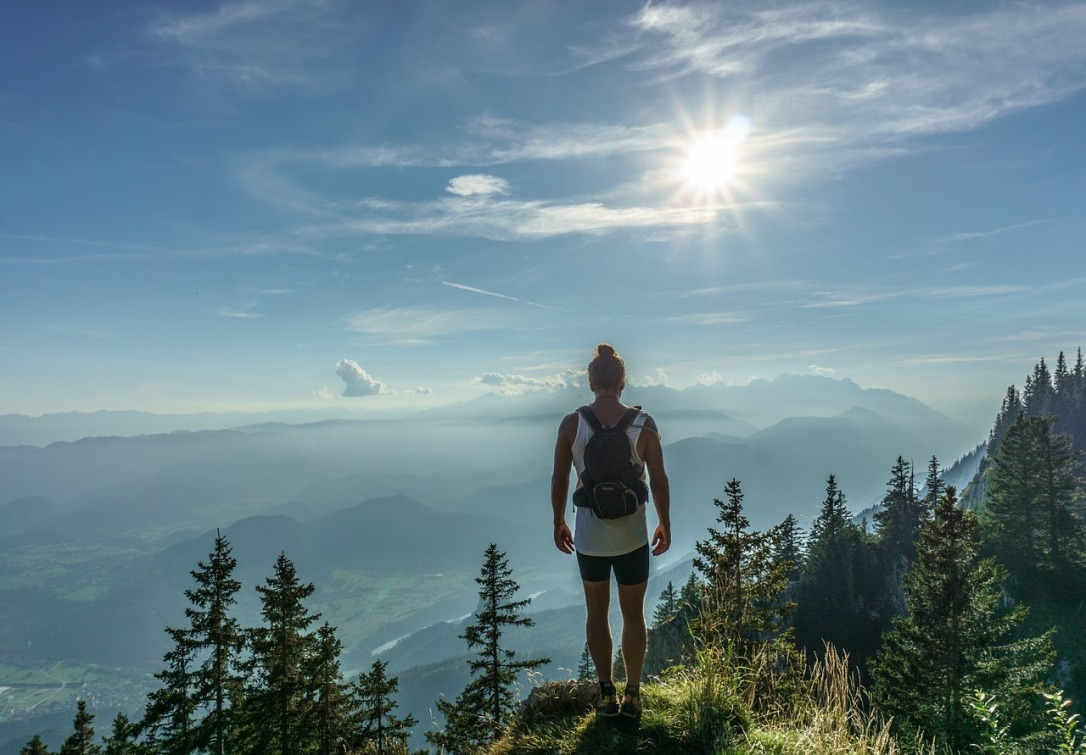 hiker-918473_1280